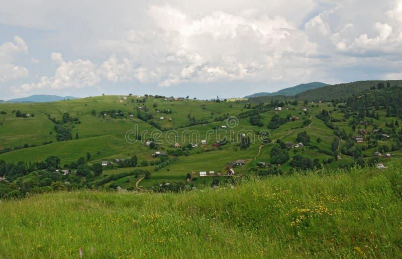 Villaggio carpatico nelle colline fotografia stock libera da diritti