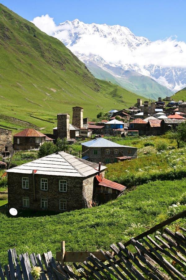 Villaggio in montagne fotografie stock