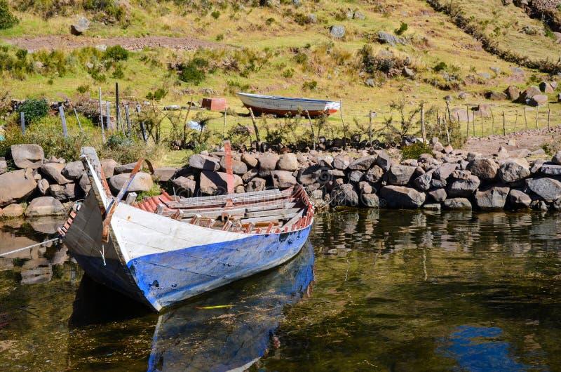 Villaggio collinoso sull'isola di Taquile nel lago Titicaca, Puno, Perù fotografia stock