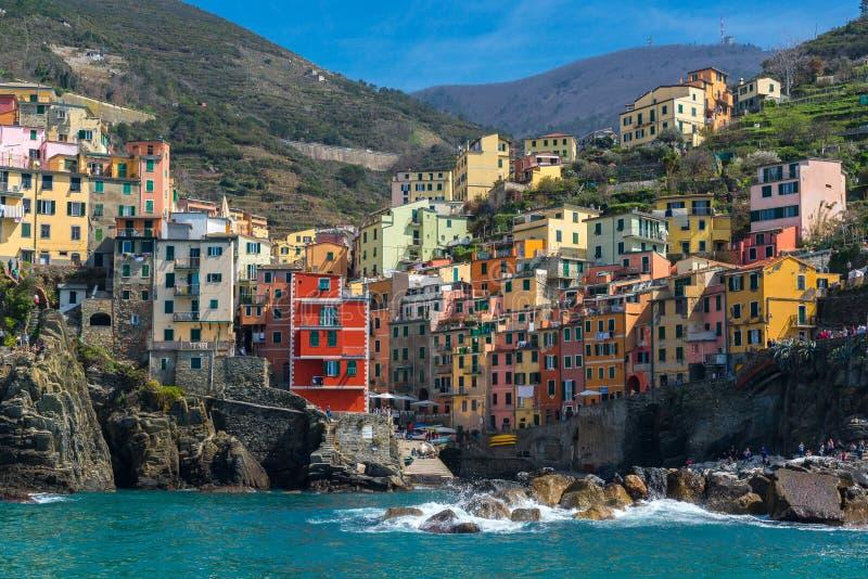 Villaggio da una barca, Cinque Terre, Italia di Riomaggiore fotografia stock libera da diritti