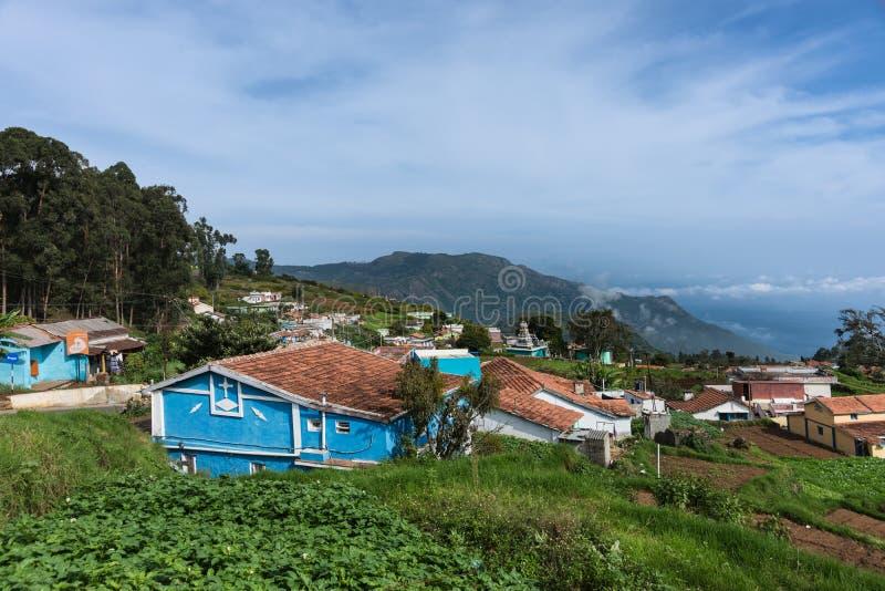 Villaggio degli agricoltori in valle di Thalaikunha, colline di Nilgiri, India immagine stock libera da diritti