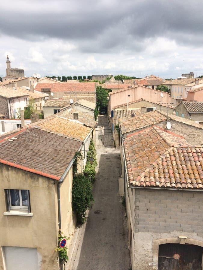 Villaggio dei mortes dei aigues veduti dai bastioni sui tetti della città fotografie stock libere da diritti
