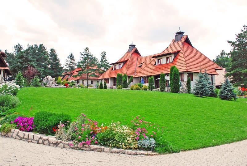 Villaggio del cottage - prato inglese immagini stock libere da diritti