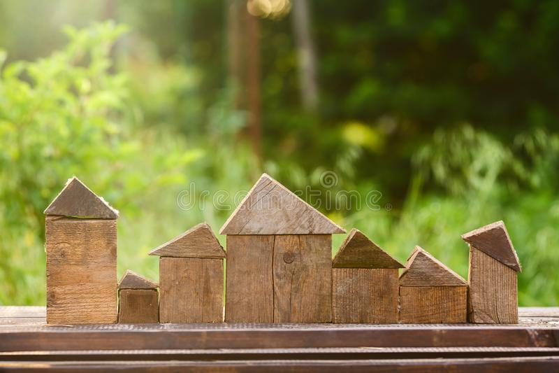 Villaggio del giocattolo di piccole case di legno Lavoro manuale immagini stock