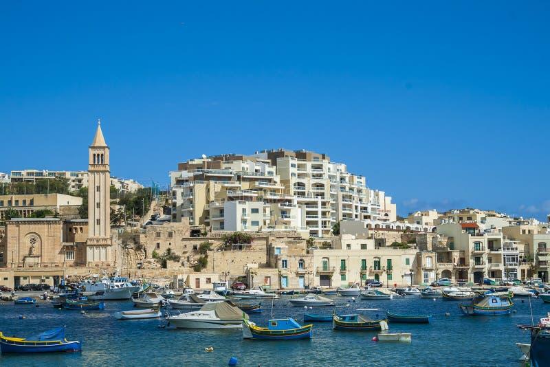 Villaggio del mare con i pescherecci maltesi tradizionali immagine stock