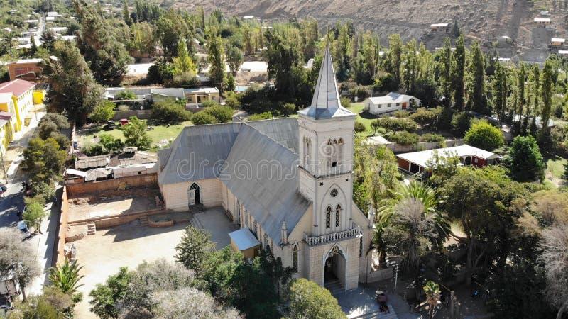 villaggio del peperoncino rosso di elqui di pisco della chiesa fotografie stock