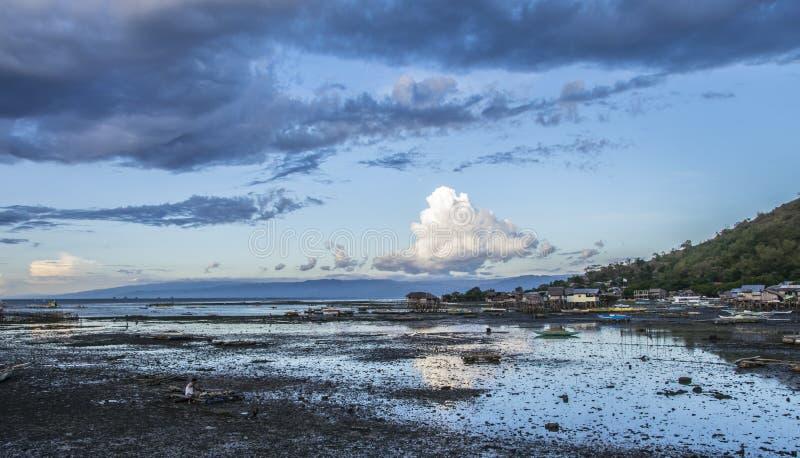 Villaggio del pescatore a bassa marea in Bais immagine stock