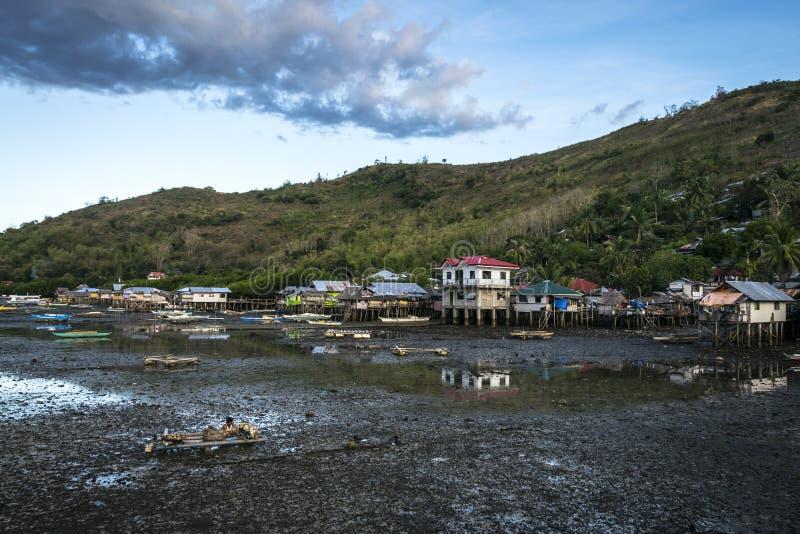 Villaggio del pescatore a bassa marea in Bais fotografia stock libera da diritti