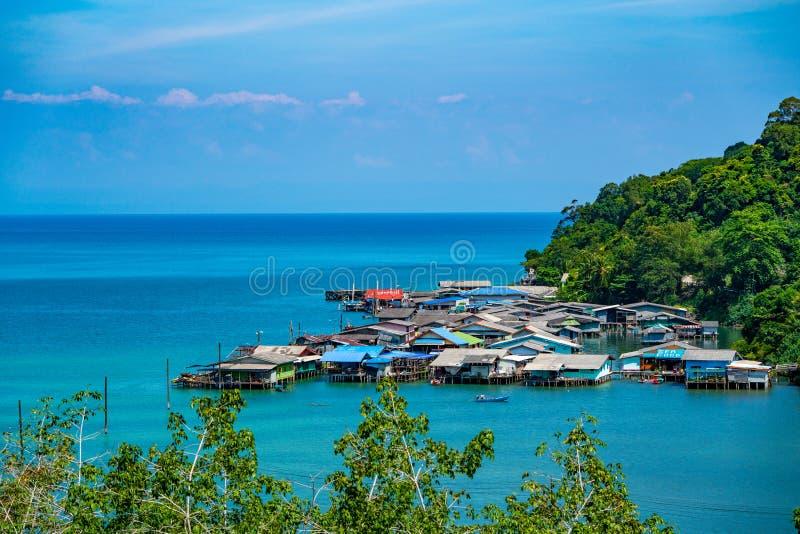 Villaggio del pescatore dalla vista di occhio di uccello a Koh Kood, a sud-est della Tailandia immagini stock libere da diritti