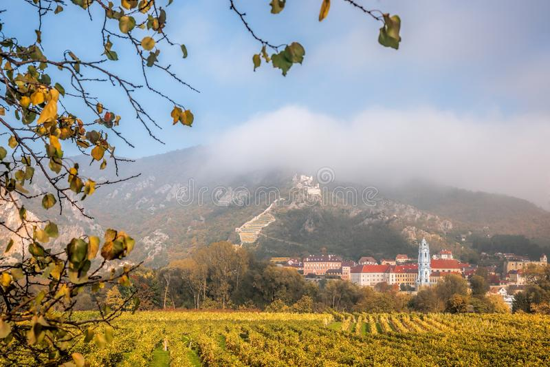Villaggio del rnstein del ¼ di DÃ con la vigna di autunno in Wachau, Austria fotografie stock libere da diritti