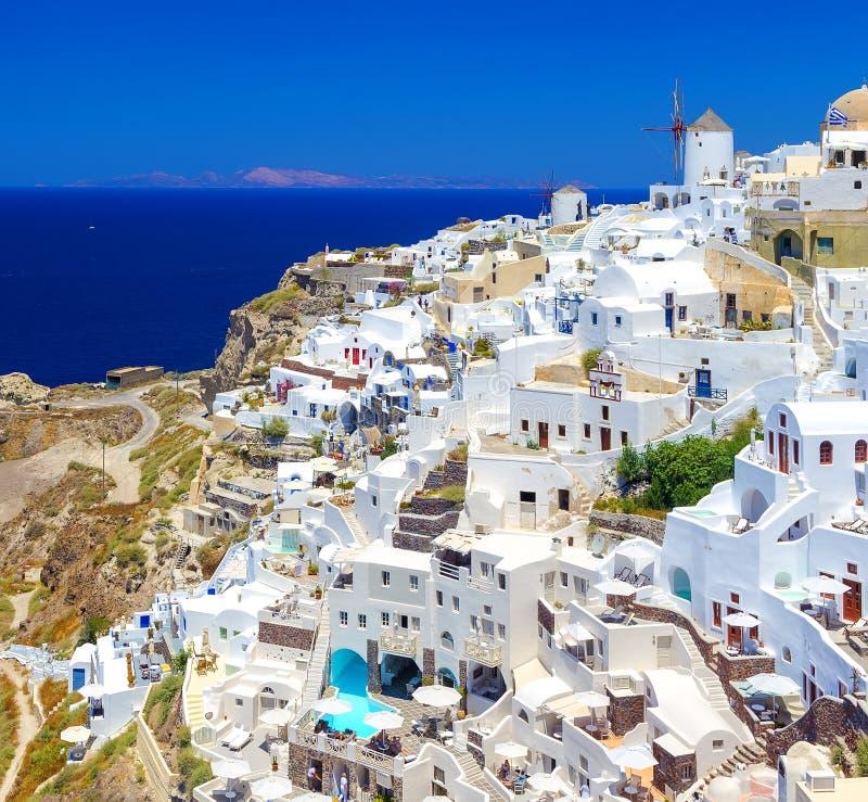 Villaggio dell'isola di Santorini, Grecia, OIA con i mulini a vento e le case variopinte immagine stock libera da diritti