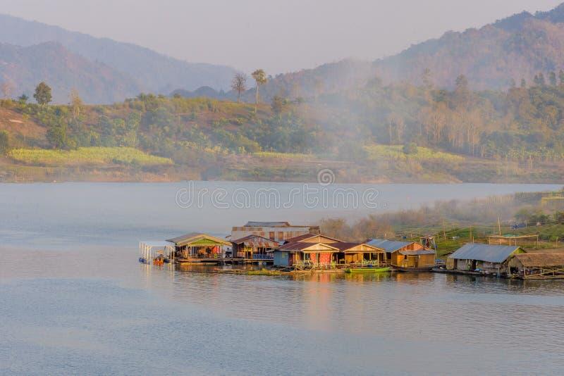 Villaggio della casa galleggiante in ponte di lunedì, Sangkhlaburi, Kanchanaburi immagine stock