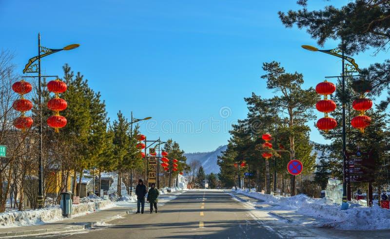 Villaggio della neve con le lanterne rosse fotografia stock libera da diritti