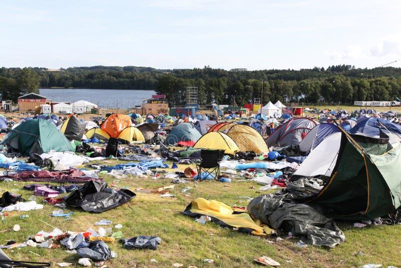 Villaggio della tenda e del campo dopo il ` di Smukfest del ` di festival rock in Skanderborg, Danimarca fotografie stock