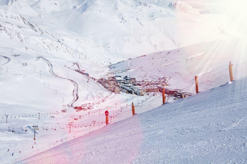 Villaggio dello sci della montagna di de la casa di passo di danza immagine stock