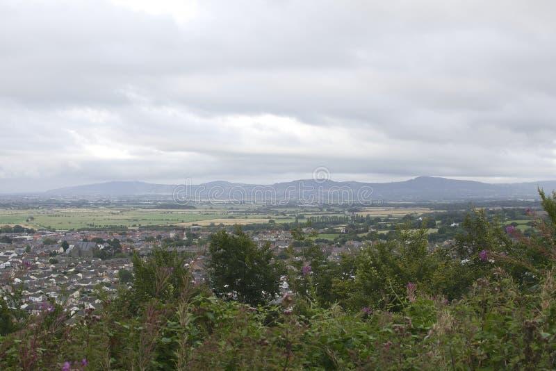 Villaggio di Abergele, città circondata dalla campagna con fondo montagnoso, villaggio del nord di Galles Britannici fotografie stock