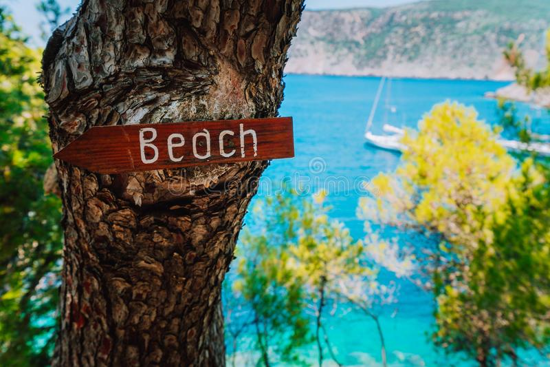 Villaggio di Asso, Kefalonia La Grecia Tiri il segno in secco di legno della freccia su un pino che mostra la direzione alla picc immagini stock