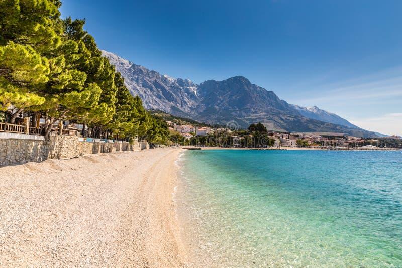Villaggio di Brela, spiaggia e Biokovo - Makarska, Croazia fotografia stock libera da diritti
