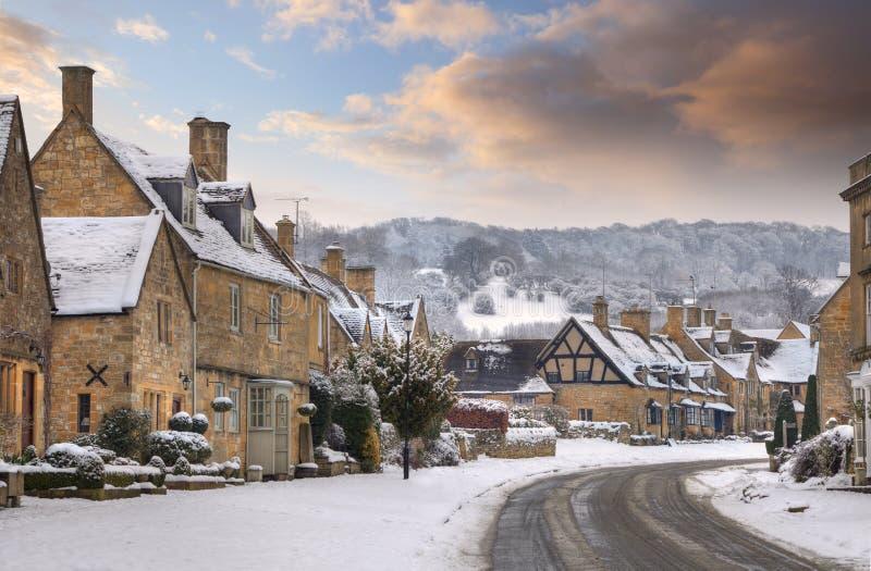 Villaggio di Cotswold in neve fotografia stock libera da diritti