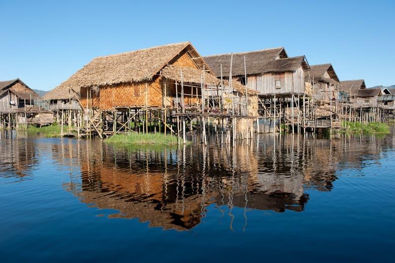 Villaggio di galleggiamento nel lago Inle, Myanmar fotografia stock libera da diritti