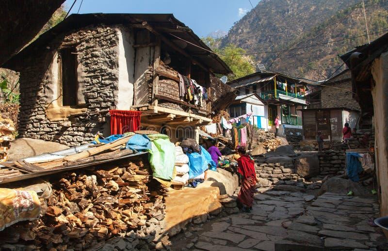 Villaggio di Jagat con la gente nepalese fotografie stock libere da diritti