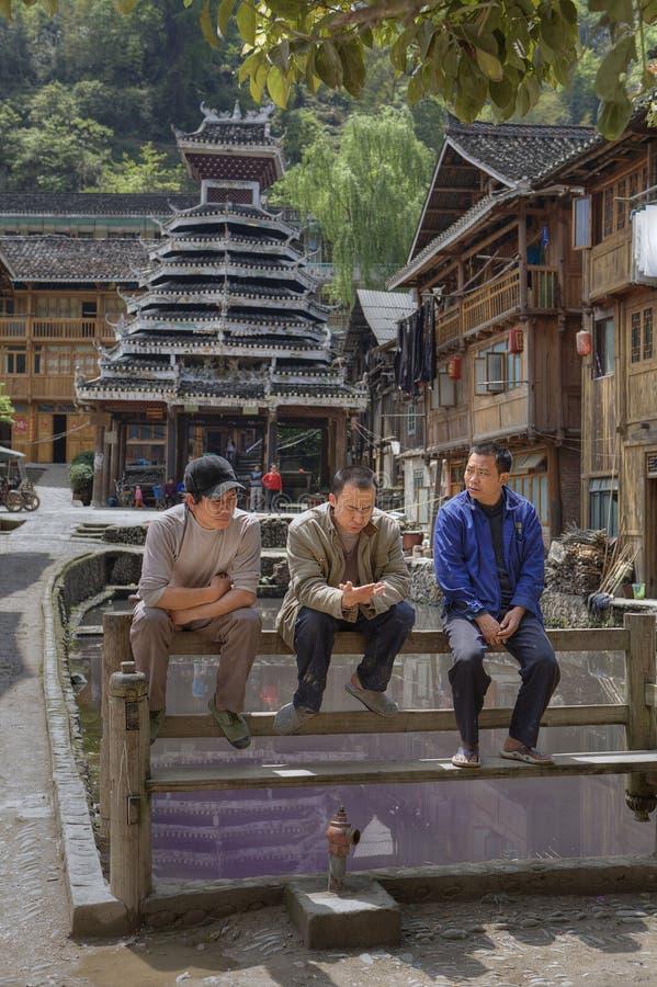 Villaggio di minoranza di Dong, resto di cinese tre sul banco, Guizhou, 'chi' immagine stock