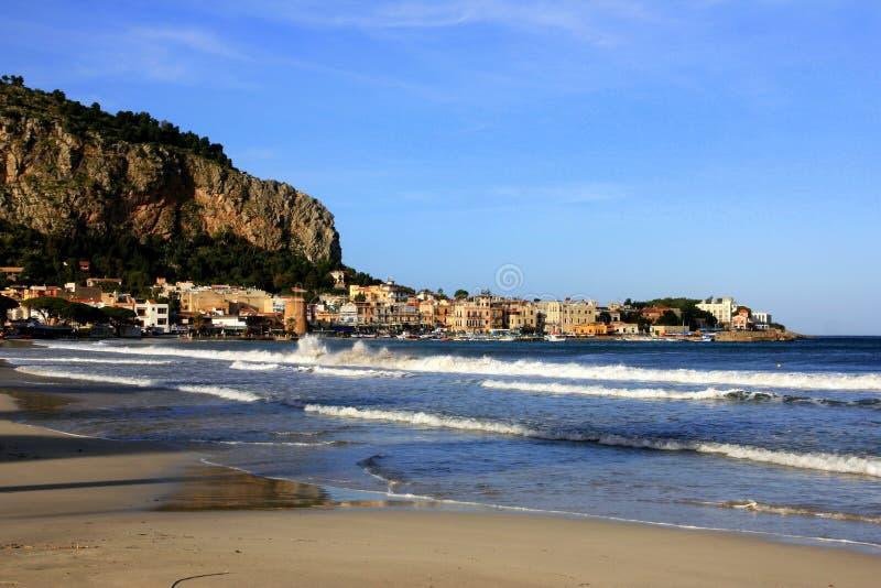 Villaggio di Mondello, spiaggia & onde del mare. L'Italia fotografia stock libera da diritti