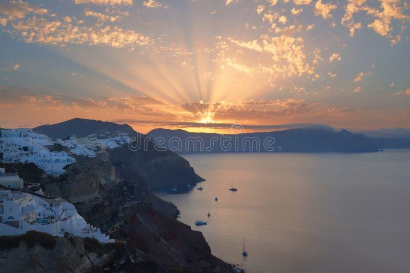 Villaggio di OIA, alba sopra la caldera vulcanica famosa su Santorini i immagine stock libera da diritti