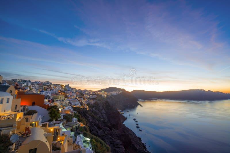 Villaggio di OIA all'isola di Santorini al tramonto fotografia stock