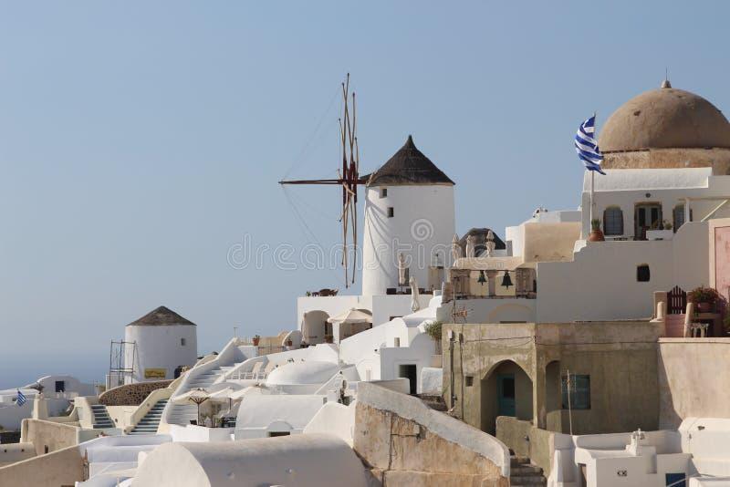 Villaggio di OIA con il mulino a vento in isola greca fotografie stock