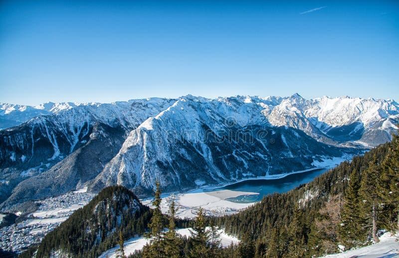 Villaggio di Pertisau alle alpi nel Tirolo, Austria fotografia stock libera da diritti