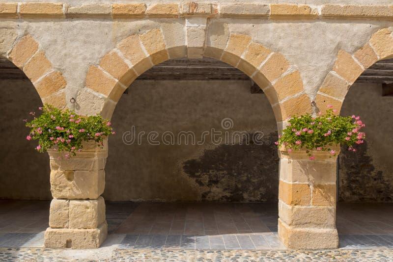 Villaggio di pietra dell'arca di Navarrenx in Pirenei immagine stock