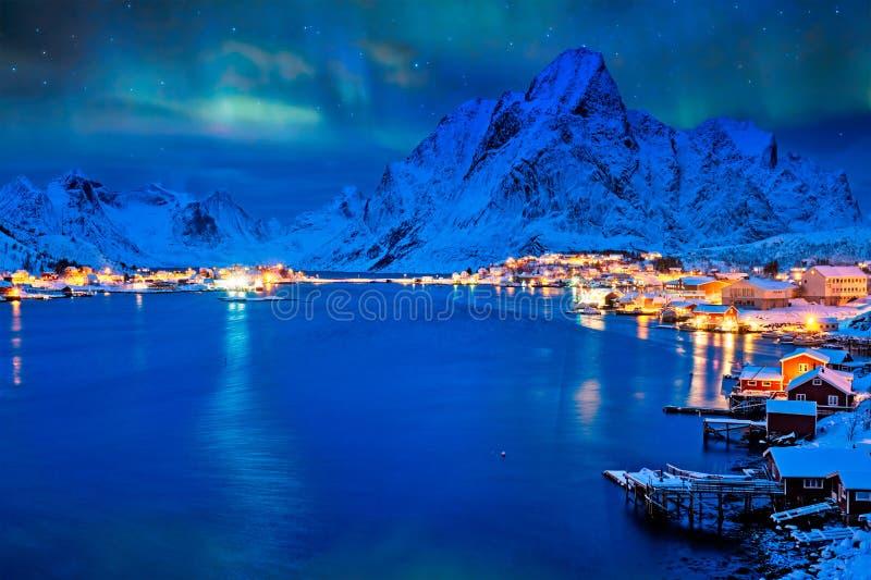 Villaggio di Reine alla notte Isole di Lofoten, Norvegia fotografie stock libere da diritti