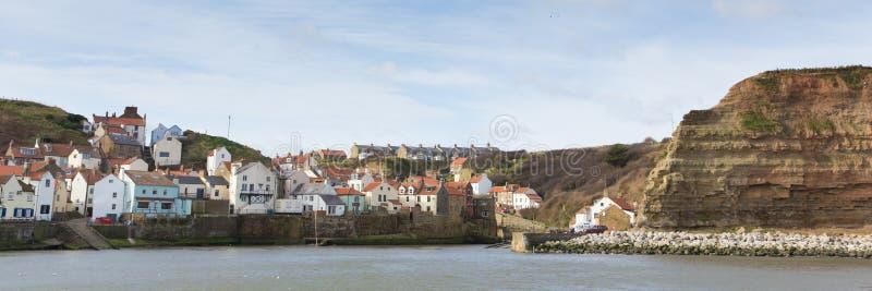 Villaggio di spiaggia inglese di Staithes Yorkshire e vista panoramica della destinazione del turista immagini stock