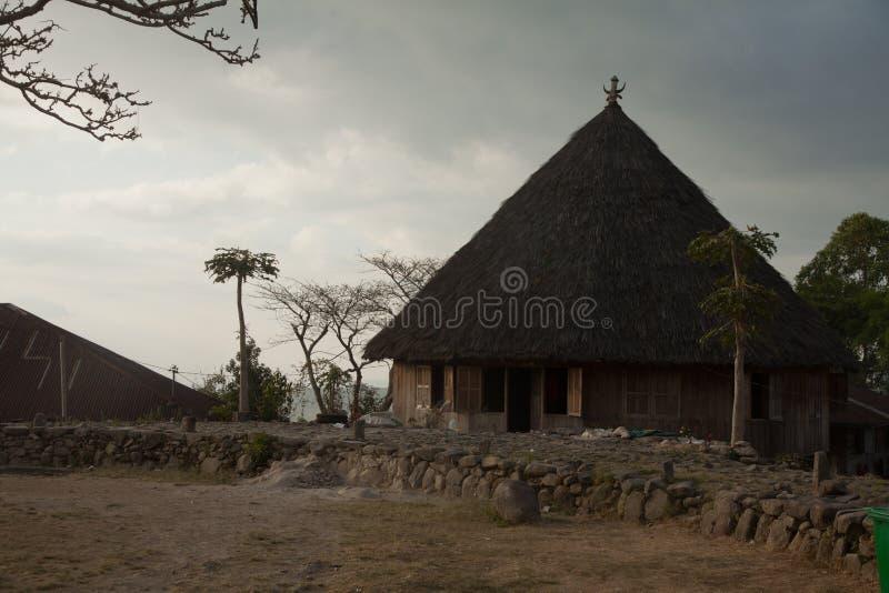 Villaggio di tradtional di Ruteng Puu, case tipiche per il distretto di Manggarai in Flores fotografie stock