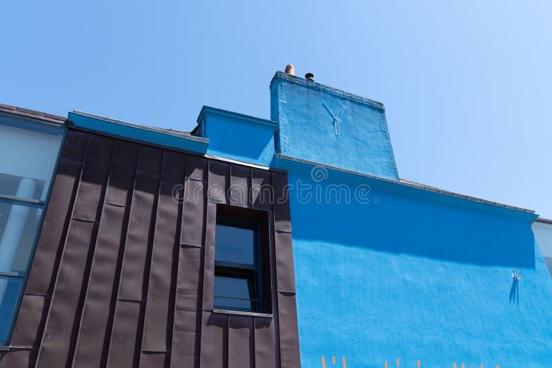 Villaggio di Trentemoult con case colorate a Reze, alla porta di Nantes France fotografia stock libera da diritti