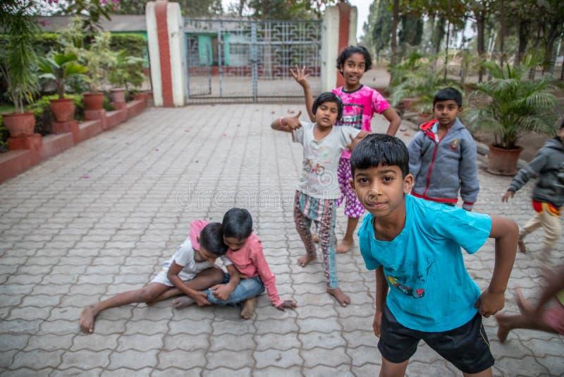 Villaggio di Vari, maharashtra, India - 9 gennaio 2018: generi adorabili ed i loro cottage Vita quotidiana in villaggi indiani vi immagine stock libera da diritti