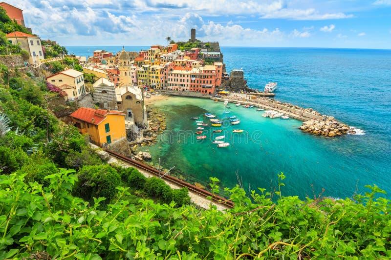 Villaggio di Vernazza sulla costa di Cinque Terre dell'Italia, Europa fotografia stock libera da diritti