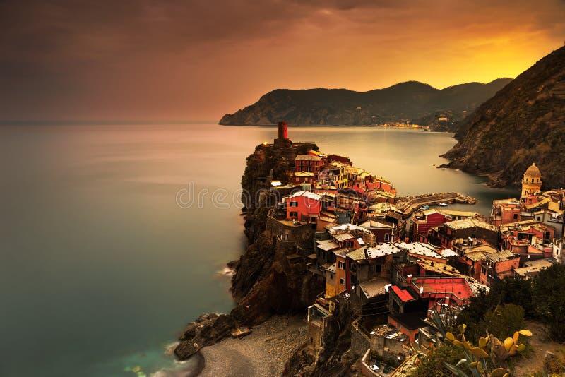 Villaggio di Vernazza, vista aerea sul tramonto rosso Terre di Cinque, Ligur fotografia stock