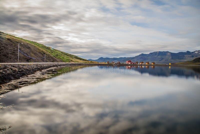 Villaggio e montagna del paesaggio dell'Islanda immagine stock