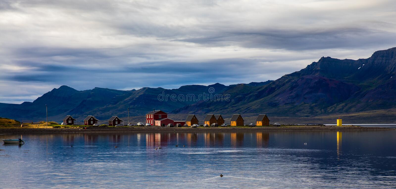 Villaggio e montagna del paesaggio dell'Islanda fotografia stock libera da diritti