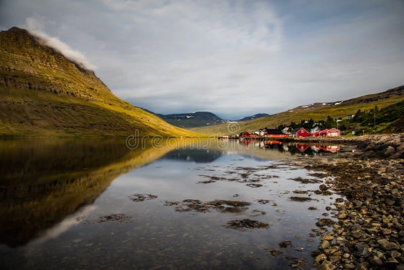 Villaggio e montagna del paesaggio dell'Islanda fotografia stock