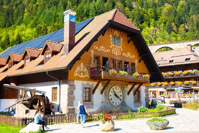Villaggio e negozio neri di Forest Cuckoo Clock fotografie stock