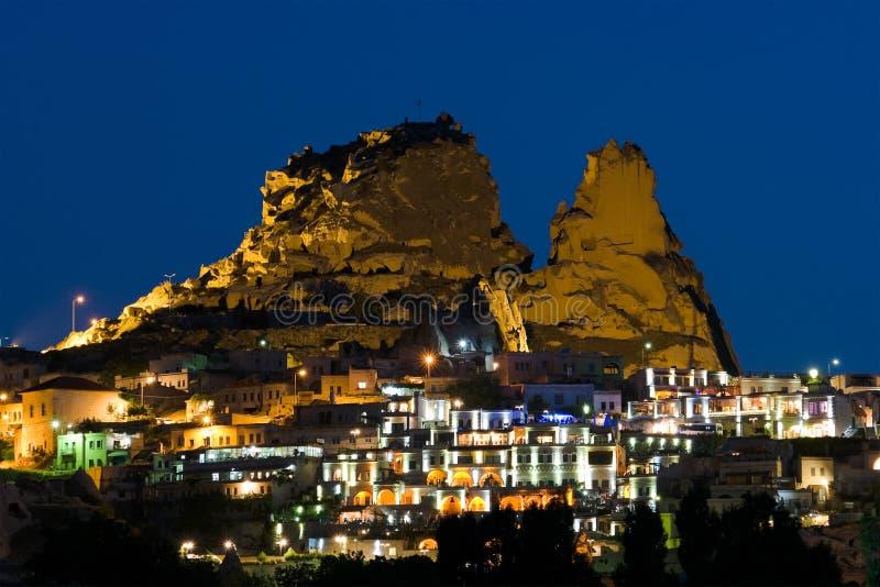 Villaggio entro Night In Cappadocia immagine stock