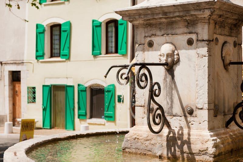Villaggio francese tipico con la fontana immagine stock libera da diritti