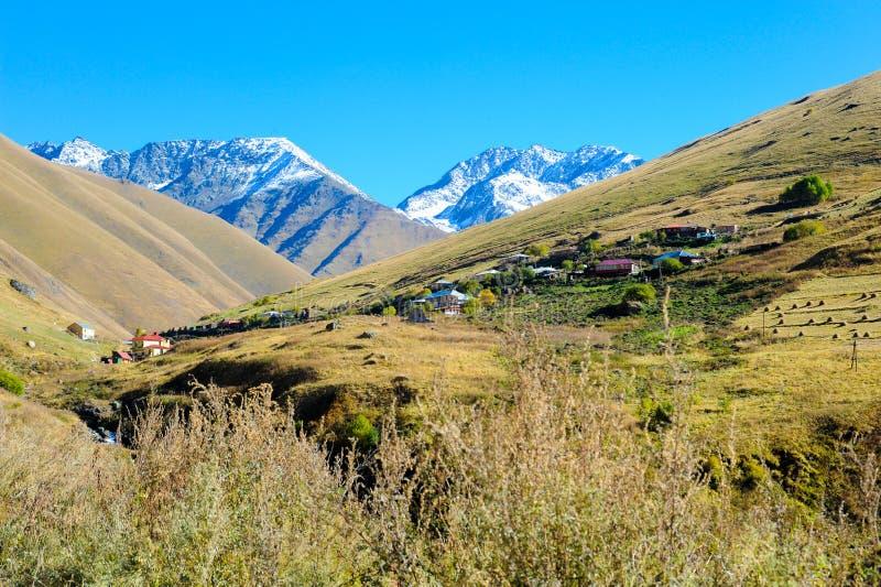 Villaggio Juta in mezzo alle montagne di Caucaso georgia fotografia stock