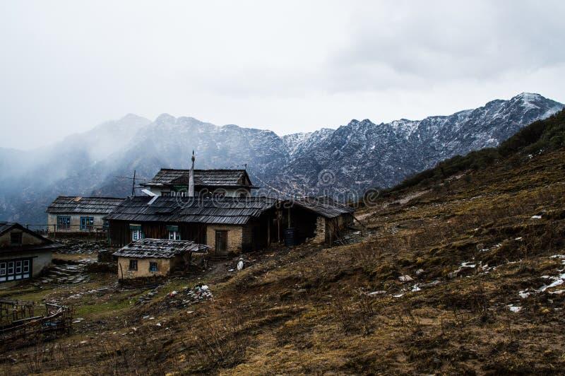Villaggio lungo il viaggio del campo base di Everest in Himalaya nepalese immagini stock
