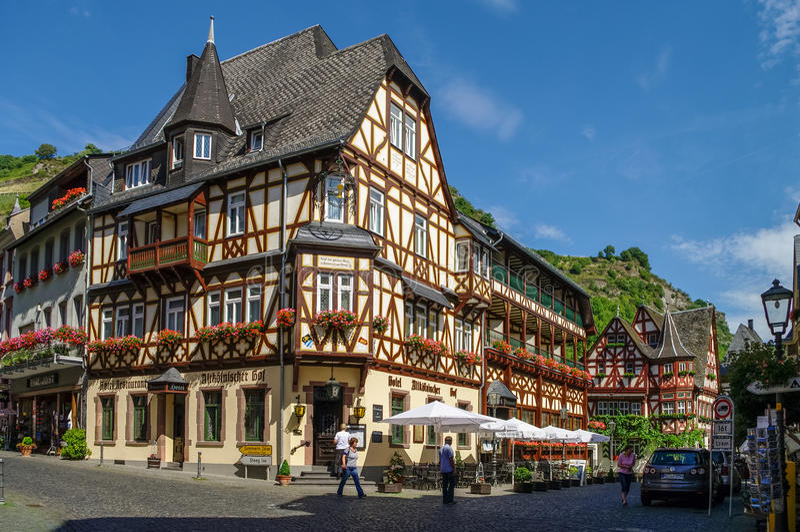Villaggio medievale Bacharach Case tradizionali delle strutture (Fachwerk) in vie della città Valle del Reno, Germania fotografia stock libera da diritti