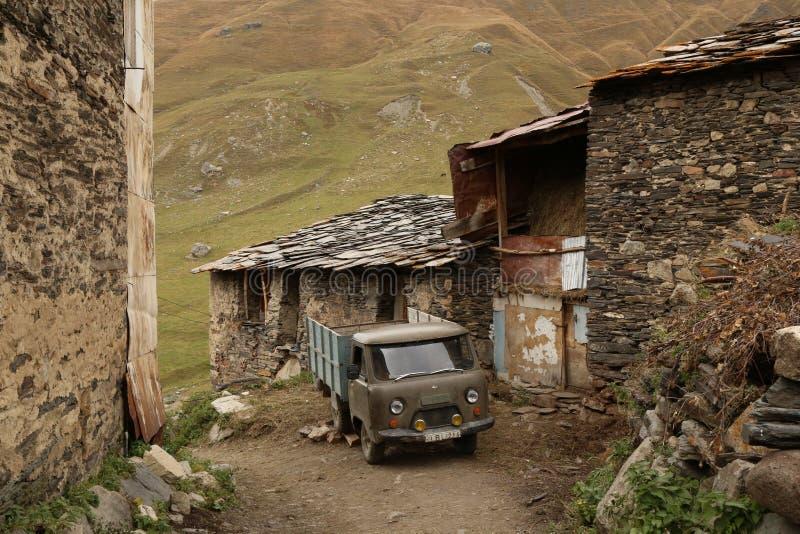 Villaggio medievale della gente di Svan e di vecchia automobile in Georgia fotografia stock
