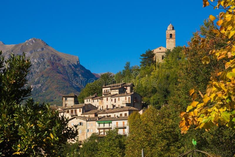 Villaggio medievale di Montefortino nelle montagne di Sibillini fotografia stock libera da diritti